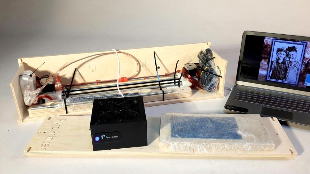 Пиропринтер упаковывается в коробку, которая трансформируется в стол