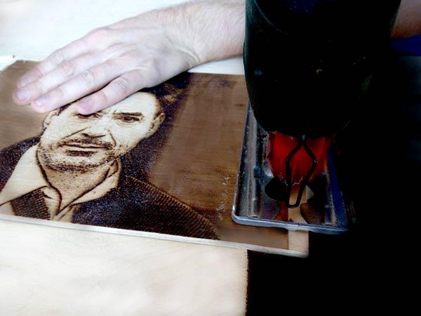 отпиливание выжженого портрета